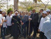"""صور.. رئيس جامعة الأزهر يدشن مبادرة """"هنجملها"""" بزراعة أشجار بالحرم الجامعى"""