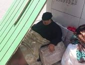إحنا معاك.. سيدة بلا مأوى فى أول عباس بمدينة نصر تعانى متاعب صحية