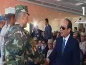فيديو.. ضباط يقدمون درع القوات المسلحة للرئيس السيسى خلال تفقده قاعدة محمد نجيب