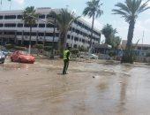 صور.. المياه تحاصر مبنى محافظة الإسماعيلية وشلل مرورى بسبب كسر ماسورة مياه
