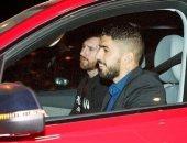 شاهد.. وصول ميسي وسواريز في سيارة خاصة قبل قمة برشلونة ضد مان يونايتد