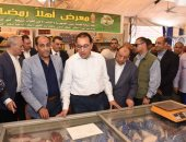 """صور.. رئيس الوزراء يتفقد معرض """"سوبر ماركت أهلا رمضان"""" بالأقصر لمتابعة توافر السلع"""