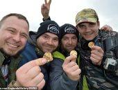 صيادو كنوز بريطانيون يعثرون على 550 قطعة من العملات الذهبية.. اعرف قصتهم؟