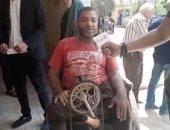 """تحيا مصر.. """"معاق"""" يزحف للإدلاء بصوته فى لجنة بشبرا.. فيديو"""