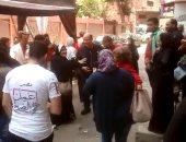 الناخبون يستقبلون عمرو أديب بحفاوة بلجنة مدرسة محمد فريد ويلتقطون الصور معه