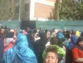 زحام فى لجان دائرة منشأة القناطر بالجيزة للمشاركة فى الاستفتاء
