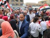صور.. محافظ الجيزة يشارك المواطنين الاحتفالات أمام لجان الاستفتاء