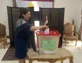 صور.. سفيرة مصر فى البحرين تدلى بصوتها.. وأبناء الجالية يواصلون التصويت