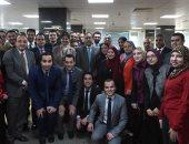 صور.. رئيس الوزراء يتفقد المركز الإعلامي للحكومة ويلتقط صورة جماعية مع العاملين
