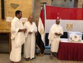 بملابس الإحرام.. معتمرون مصريون يدلون بأصواتهم بالاستفتاء فى القنصلية بجدة