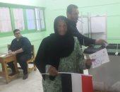 سيدة عجوز بالشرقية تقطع مسافة 5 كيلو سيرا علي الأقدام للمشاركة بالاستفتاء
