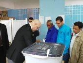 وزير الإسكان يدلى بصوته فى الاستفتاء على التعديلات الدستورية