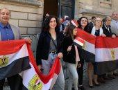 صور.. المصريون يتحدون إغلاق شوارع باريس ويشاركون باستفتاء تعديلات الدستور