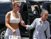 بالصور .. جينيفر لوبيز بإطلالة مثيرة برفقة ابنتها فى شوارع ميامي