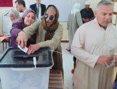 صور.. منظومة الشكاوى الحكومية تلبى رغبة مسن كفيف فى التصويت بالاستفتاء