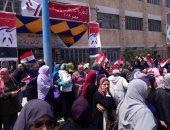 السيدات يحتشدن أمام لجنه الأنفوشى بالإسكندرية للمشاركة فى الاستفتاء.. صور