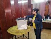 """سيدة ببنى سويف أثناء تصويتها على الدستور: """"عملنا الصح وأدعو الجميع للنزول"""""""