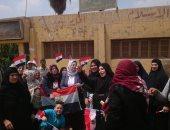 صور.. سيدات الشرقية والإسكندرية وعمال أسوان يرفعون الأعلام أثناء التصويت بالاستفتاء