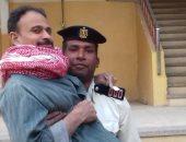 صور.. أمين شرطة بسوهاج يحمل مريضا للجنته بالطابق الثالث للمشاركة بالاستفتاء