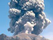 سحابة رمادية لبركان جبل أجونج فى إندونيسيا تهدد الرحلات الجوية.. فيديو وصور