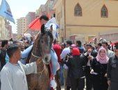 بالطبول والخيول.. توافد المشاركين فى الاستفتاء على اللجان بكفر الشيخ (صور)