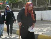 """رحلة مسنة من المنزل للجان الاستفتاء: """"مشيت عدة كيلو مترات عشان مصر"""""""