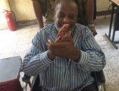 """مواطن مبتور القدم بأسوان يصر على الإدلاء بصوته: """"إعاقتى لم تمنعنى"""""""