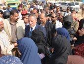 صور.. محافظ الإسماعيلية يتفقد لجان الاستفتاء وسط إقبال كثيف من المواطنين