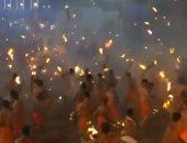 """شاهد.. """"حرب كرات اللهب"""" بين الهندوس بمهرجان النار فى الهند"""