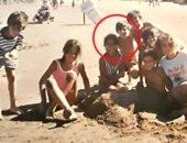 صورة نادرة للبرغوث ميسي مع حب طفولته على الشاطئ