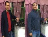 الكاتبان الصحفيان عبده زكى ومحمود عبد الراضى يدليان بصوتيهما فى الزمالك