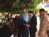 فيديو ..قاض يخرج من اللجنة لمساعدة مسنة على التصويت بحدائق الأهرام