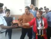 """مواطنة ترتدى """"علم مصر"""" وتوزع الحلوى أمام لجان الاستفتاء بالدقى"""