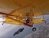 """""""الجوع يدفع للمخاطرة"""".. طيار يترك طائرته للحصول على ثمرة موز.. فيديو"""