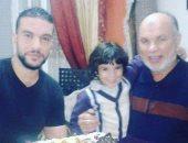 """محمود يشارك بصورته مع والده """"اتعلمت منه إن الإنسان سيرة"""""""