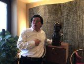 """النحات الصينى """"باى يى"""" يسلم السفير المصرى ببكين تمثال للرئيس السيسي"""