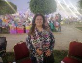 فيديو وصور.. قصة كفاح فتاة بسوهاج تبيع أدوات التجميل فى المعارض للإنفاق على نفسها