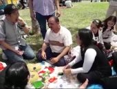 شاهد.. السائحون يشاركون المصريين أكل الفيسخ فى حديقة الأزهر