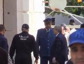 لحظة وصول رئيس وزراء الجزائر السابق لمقر المحكمة للتحقيق فى قضايا فساد