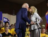 """صور ..بالقبلات والسيلفى """"بايدن"""" يبدأ حملته لانتخابات رئاسة أمريكا 2020"""