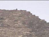 شاهد الشاب المصرى الذى صعد لقمة هرم خوفو وألقى بالحجارة على الزائرين
