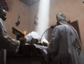 الأقباط يشهدون ظاهرة تعامد الشمس على مذبح الشهيد مارجرجس بكنيسة كفر الدير