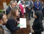 صور.. وزيرة التضامن ومحافظ أسيوط يوزعان عقود مشروعات للأسر الأكثر احتياجا