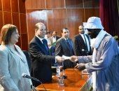نائب محافظ أسوان يسلم مساعدات مالية لـ 120 أسرة