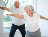 احمى نفسك من خطر السقوط والكسور.. 4 تمارين للتوازن لكبار السن