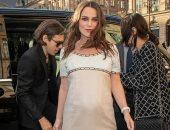 صور.. علامات الحمل الثانى تظهر على كيرا نايتلى فى باريس