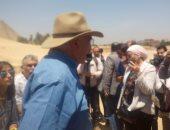 وزير الآثار وزاهى حواس يتفقدان مقابر بناة الأهرام