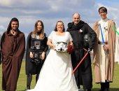 هوس هوليوودى.. عروسان يرتديان ملابس شخصيات خيالية لأفلام حرب النجوم.. صور