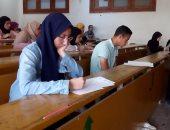 صور.. انتظام امتحانات الطلاب بجامعة عين شمس وإجراءات مشددة على البوابات