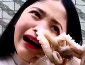 فيديو وصور .. فتاة صينية حاولت أكل أخطبوط حى فمسك فى وشها